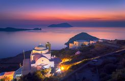Igreja de Panagia Thalassitra e de vila de Plaka opinião no por do sol, Milos ilha, Cyclades foto de stock