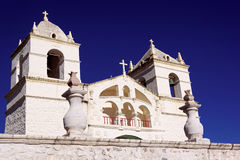 Igreja de pedra branca bonita em Maca no Peru fotos de stock royalty free