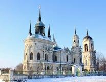 Igreja de pedra branca construída no estilo gótico russian Foto de Stock