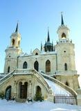 Igreja de pedra branca construída no estilo gótico russian Foto de Stock Royalty Free
