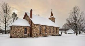 Igreja de pedra histórica no inverno. Michigan EUA Fotos de Stock
