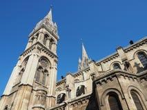A igreja de Saint-Ambroise sobe no céu azul foto de stock