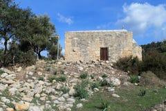 A igreja de Saint Constantim e de Elena perto da vila de Kouklia em Chipre imagens de stock