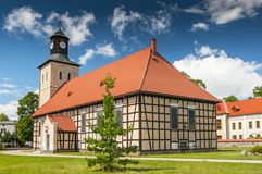 Igreja de Saint John na cidade de Pisz, o templo do século de XVIIth do batista, Polônia imagens de stock royalty free