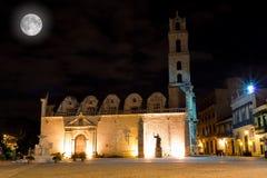 A igreja de San Francisco em Havana na noite Fotografia de Stock Royalty Free