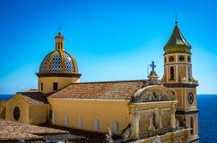 Igreja de San Gennaro com o telhado arredondado em Vettica Maggiore Praiano, Itália fotos de stock