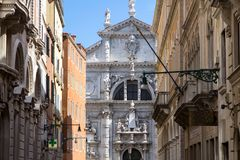 Igreja de San Moise, em Veneza, Itália imagens de stock