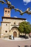 Igreja de San Pedro no prefeito da plaza ou no quadrado principal em Belorado, Burgos, Castilla y Leon, Espanha fotografia de stock