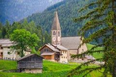 Igreja de Santa Maddalena em Val di Funes, dolomites imagem de stock
