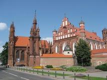 A igreja de St Anne e a Bernardine Monastery, Vilnius, Lituânia imagem de stock royalty free