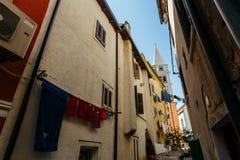 A igreja de St Anthony aumenta entre a cidade europeia Vrsar das casas, Croácia imagem de stock royalty free