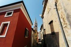 A igreja de St Anthony aumenta entre a cidade europeia Vrsar das casas, Croácia foto de stock