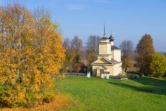 A igreja de St George, outubro Voronich, montanhas de Pushkin R?ssia imagens de stock