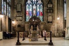 Igreja de St John Baptist Font C fotos de stock royalty free