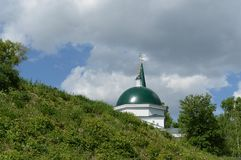 A igreja de St John o batista e Baptist John no parque montanhoso de Barnaul foto de stock