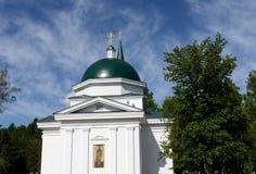 A igreja de St John o batista e Baptist John no parque montanhoso de Barnaul imagem de stock