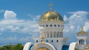 Igreja de St Jovan Vladimir contra o contexto das nuvens filme