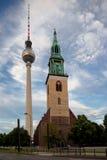 A igreja de St Mary e a torre da tevê em Berlim Fotografia de Stock Royalty Free