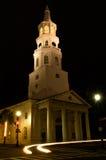 A igreja de St Michael com os faróis espectrais do carro Imagem de Stock Royalty Free