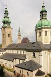 Igreja de St Peter e torre de sino do franziskanerkirche Salzburg ?ustria imagens de stock