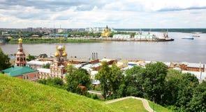 Igreja de Stroganov da opinião de julho e catedral Nevsky Imagem de Stock