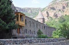Igreja de Surb Geghard e montanhas rochosas Imagem de Stock