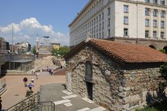 Igreja de Sveta Petka Samardjiiska no quadrado da independência com Mosq Foto de Stock