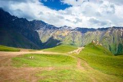 Igreja de trindade de Gergeti, Tsminda Sameba no monte perto da montanha de Kazbek em Geórgia foto de stock royalty free