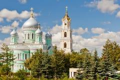 Igreja de trindade santamente e torre de Bell de Troitsky Serafimo-Diveyevs Fotografia de Stock
