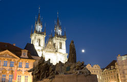 Igreja de Tyn e monumento Jan Hus da estátua na praça da cidade velha da noite Imagens de Stock