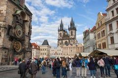 Igreja de Tyn e torre de pulso de disparo em Praga Fotos de Stock Royalty Free