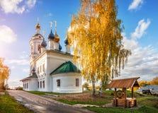 A igreja de Varvarinskaya e o poço de madeira Fotos de Stock