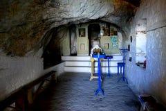Igreja distante do ` da Virgem Maria do ` interior de Panagia Makrini, escondida em uma caverna da montanha de Kerkis, ilha de Sa foto de stock royalty free