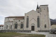 A igreja do ` Andrea Apostle de Sant em Venzone fotografia de stock