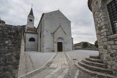 A igreja do ` Andrea Apostle de Sant em Venzone fotos de stock royalty free