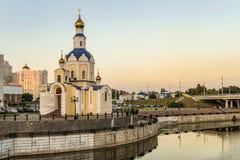 Igreja do arcanjo Gabriel, dormitório da universidade estadual de Belgorod na terraplenagem do ` de Vezelka do ` do rio Fotos de Stock