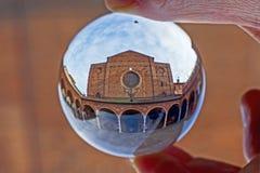 Igreja do deiServi de Santa Maria na Bolonha, em uma bola de cristal Fotografia de Stock Royalty Free