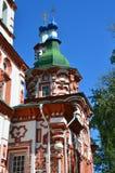 Igreja do exaltation da cruz santamente do deus em Irkutsk no dia ensolarado foto de stock