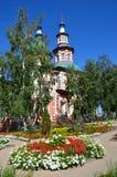Igreja do exaltation da cruz santamente do deus em Irkutsk no dia ensolarado imagens de stock