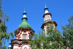 Igreja do exaltation da cruz santamente do deus em Irkutsk no dia ensolarado foto de stock royalty free