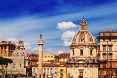 30 04 2016 - A igreja do nome o mais santamente de Mary (di Maria de Chiesa del Santissimo Nome) e de coluna de Trajan em Roma Fotos de Stock Royalty Free