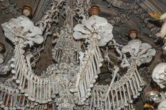 A igreja do osso em Kutna Hora - o candelabro Imagens de Stock Royalty Free