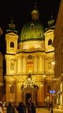 Igreja do ` s de St Peter ou fachada 1733 de Peterskirche na noite, Vien Imagens de Stock Royalty Free
