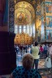 Igreja do salvador no sangue derramado Os turistas admiram o mosa Fotos de Stock Royalty Free