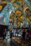 Igreja do salvador no sangue derramado Os turistas numerosos admiram Imagem de Stock