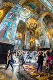 Igreja do salvador no sangue derramado Os turistas numerosos admiram Imagens de Stock