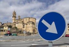 A igreja do thel Ciego, La Rioja, Espanha e endereço imperativo assina imagens de stock