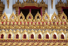 A igreja dourada de Lotus mura o templo em Tailândia Imagem de Stock