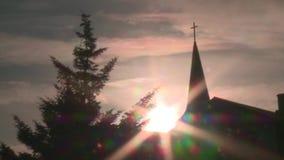 Igreja e árvore com o sol no fundo filme