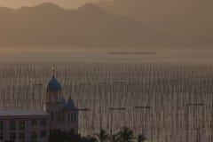 Igreja e aldeia piscatória chinesas Foto de Stock